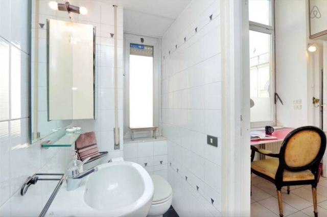 Rome Colosseum Loft (Airbnb): Bathroom (Right Side)