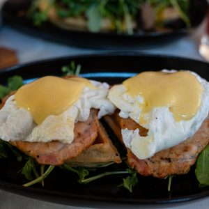 Mahalo Cocina y Jardin - Waffle Benedict